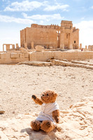 Beni,a teddy bear as a Roman citizen in front of the temple